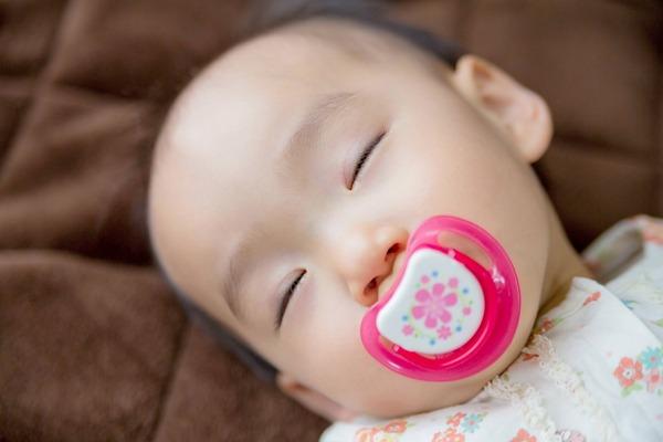 s_赤ちゃんにおしゃぶりっていつまで使う?歯並びが悪くなったら困るけど!?3